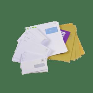 enveloppes de différentes tailles, blanches et crafts, neutres et imprimées